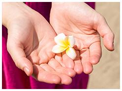 バリ島の癒しのエネルギーを手に込めるイメージ